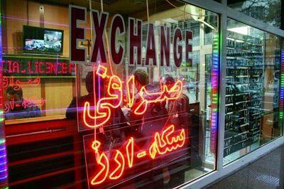 دلار فروشی دلالان در زیرزمین و پمپ بنزین ها!