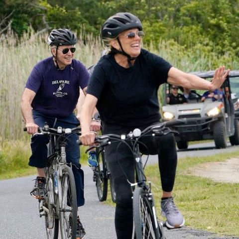 دوچرخه سواری رییس جمهوری و همسرش+عکس