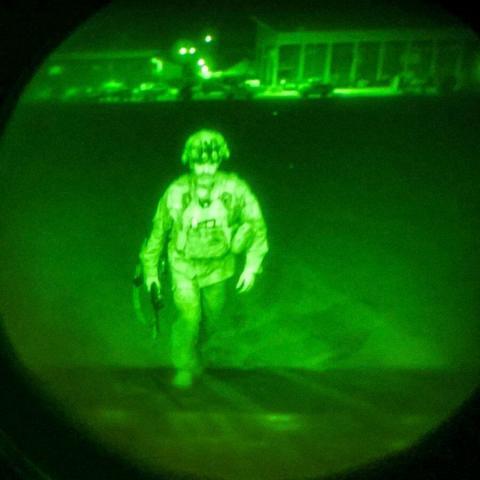 خروج آخرین نظامی آمریکایی از افغانستان+عکس